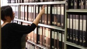 Outi Hupaniittu söker i Brages pressarkiv