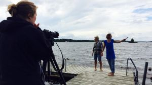Deltagare i Malakta Dancefilm Lab filmar på stranden i Åminne, Malax.