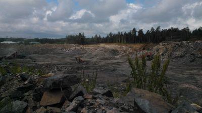 Det dammar on stenbrottet i Ingå hamn.