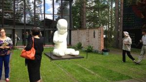 I förgrunden Jouni Airaksinens skulptur Baby
