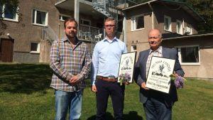 Max Forsman har tilldelat diplom till Tuomo Mäkilä från Visko och Jouko Kavander, stadsstyrelsens ordförande i Hangö.