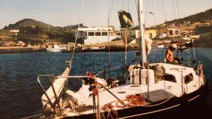 Ett gammalt fotografi på en segelbåt  - i bakgrunden medelhavslandskap.
