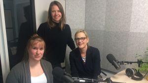 Riksdagsledamoten Eva Biaudet, miljöexperten Andrea Weckman och programledaren Sonja Kailassaari sitter i Efter Nios radiostudio.