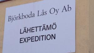 Skylt med texten Björkboda lås, expeditionen