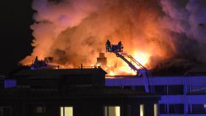 Räddningsverket släcker vindsbrand i centrum av Åbo 2.1.2016.