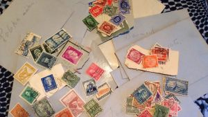 En bild på Agneta Rahikainens mormors frimärkssamling. Frimärken som hon sparade efter att hon slängt eller bränt breven från sin man, Agnetas morfar, Kalle.