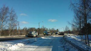 Polisen dirigerar trafiken vid avtaget till Dammbrunnen i Vasa.