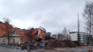 Resterna av husen på Rådhusgatan 25 i Vasa körs bort.