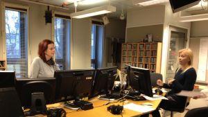 Pia Lagus och Haiju Ehnlund i radiostudio
