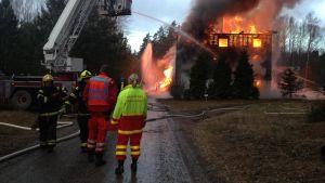 Ett tomt hönshus brinner i Lojo.