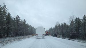En trafikolycka blockerar just nu trafiken på riksväg åtta mellan Ytterjeppo och Kovjoki i Nykarleby.