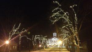 Julbelysning i Rådhusparken i Kristinestad.