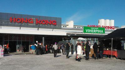 Folk utanför Hong Kong när butiken i vasa öppnade.