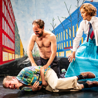 Juha Hurmeen näytelmä Making of Lea Kom-teatterissa. Maassa vatsaansa pidellen Paavo Kinnunen (Kaarlo Bergbom), häntä kutittamassa paidaton Juho Milonoff (Aleksis Kivi) sekä Vilma Melasniemi (Emilie Bergbom)