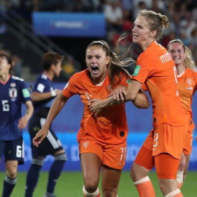 Lieke Martens firar sitt andra mål i VM-åttondelen mot Japan.