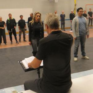 Oopperan harjoitukset voimistelusalissa