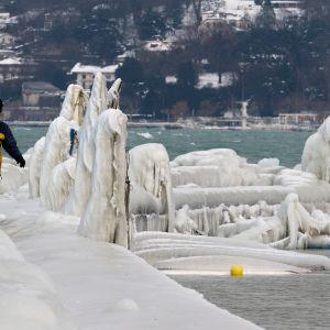 Snö och kalla vindar har blåst in över Geneve-sjön i Schweiz 7 februari 2012