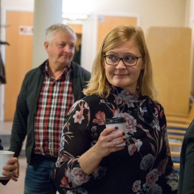 Anna Mäkelä palasi istuntosaliin kahvitauon jälkeen. Mäkelän kuuleminen on jatkunut jo yli viisi tuntia.