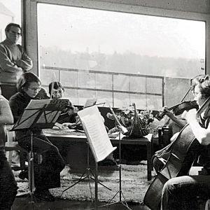 Erik Söderblomin lapsuuden kodissa perheen kamariorkesteri soittaa olohuoneessa ja isä Ulf Söderblom seuraa tiukkana parvekkeen oviaukosta.