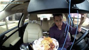 Erilaiset ärsykkeet vaikuttavat kuljettajan huomioon auton ratissa.