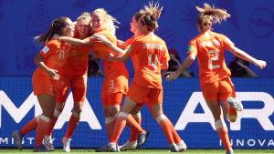 Hollands spelare firar mål.