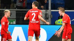 Fredrik Jensen firar efter mål i Bundesliga.