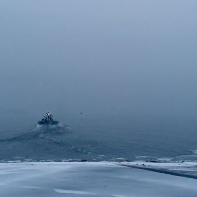 Svävaren kör ute på ett disigt hav.