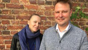 Andrea Reuter och bilskoleläraren Johan Forssell står fram för en tegelvägg.