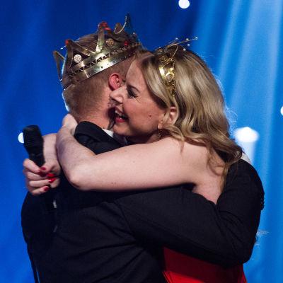 Susanna Heikki onnittelee vastakruunattua Aki Samulia.