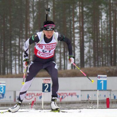Kaisa Mäkäräinen hiihtää Kontiolahden GP-kisoissa kohti ylivoimaista voittoa.
