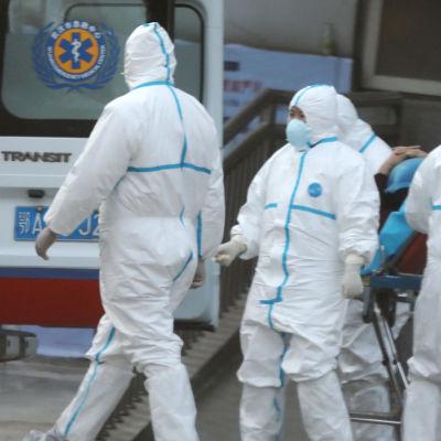 Patient som har smittats av ett nytt coronavirus i Kina flyttas till sjukhus