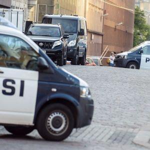 Poliser spärrar av område på Kaserngatan.