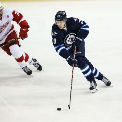 Patrik Laine kuljettaa kiekkoa NHL-kaukalossa.