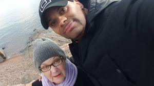 Jucci Hellström selfie tillsammans med sin mamma vid strand.