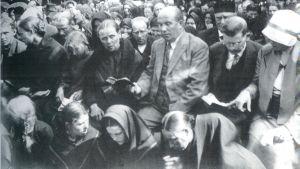 Vihtori Kosola (tredje mannen från höger) på ett väckelserörelsemöte i Österbotten