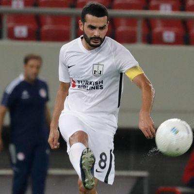Emin Mahmudov sparkar en boll.