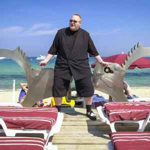 Kim Dotcom -elokuvan promokuva, jossa Kim Dotcom rannalla.