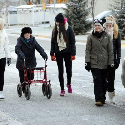 Ounasvaaran lukiolaisia kävelemässä Anna Baasin kanssa