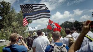 mielenosoittajia erilaisten äärioikeistolaisten lippujen kanssa marssimassa