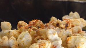 Lähikuva maustetuista popcorneista.