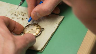 Närbild av en klocka som undersöks
