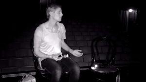 Kuvassa Tero Karhu pimeässä teatterissa