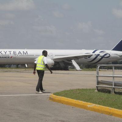 Planet på flygplatsen i Mombasa, Kenya den 20.12.2015