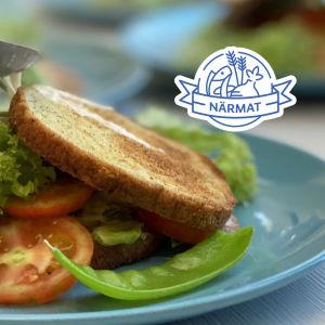 Rostad brioche med grönsaker på en ljusblå tallrik.