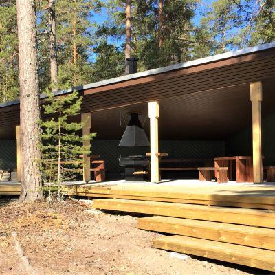 Keväällä 2020 valmistuneet retkeilykatokset Taipalsaaren Sarviniemessä.