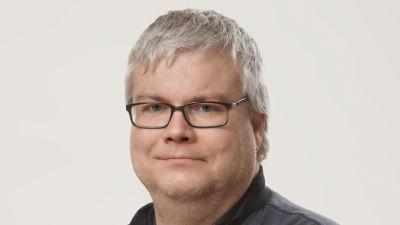 Stefan Willför ser in i kameran.