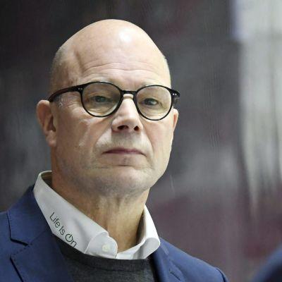 Risto Dufva ser mot Erik Riska.