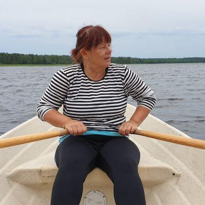 Ulla Käkelä soutaa Saimaalla