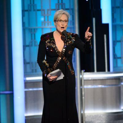 Meryl Streep puhuu mikrofoniin.
