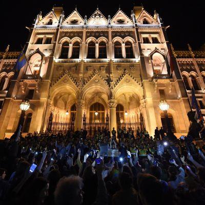 Mielenosoittajat puolustivat George Sorosin perustamaa Central European Universitya Budapestissä Unkarissa 4. huhtikuuta 2017.